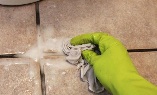 Cách làm sạch nền nhà vệ sinh bằng oxi già, vôi trầu
