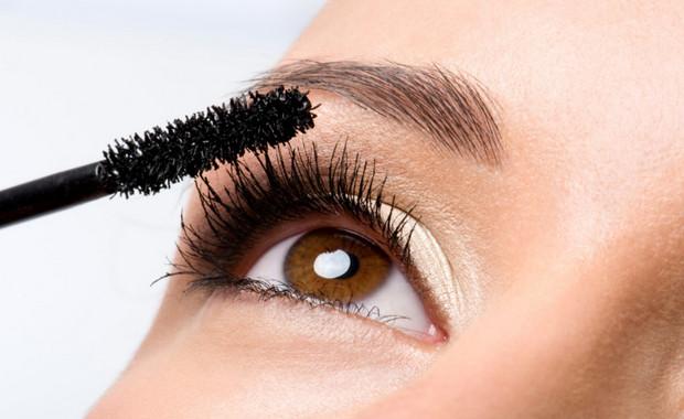 các bước trang điểm cơ bản - Chải Mascara