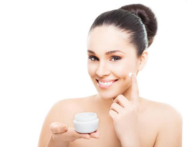 Các bước trang điểm cơ bản - Sử dụng kem dưỡng ẩm