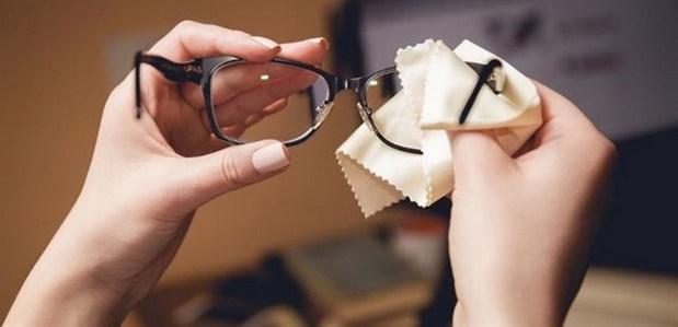 Cách tẩy keo 502 dính trên mắt kính