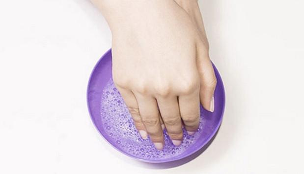 Sử dụng nước xà phòng ấm tẩy keo 502 dính trên tay
