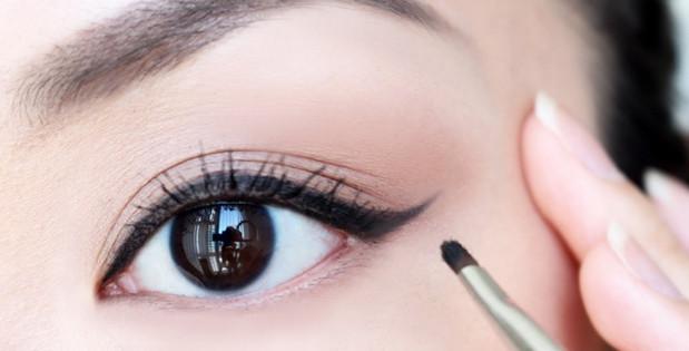 Các bước trang điểm cơ bản - kẻ mắt