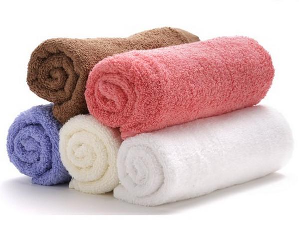 Sử dụng khăn bông sạch để khử mùi hôi tủ lạnh