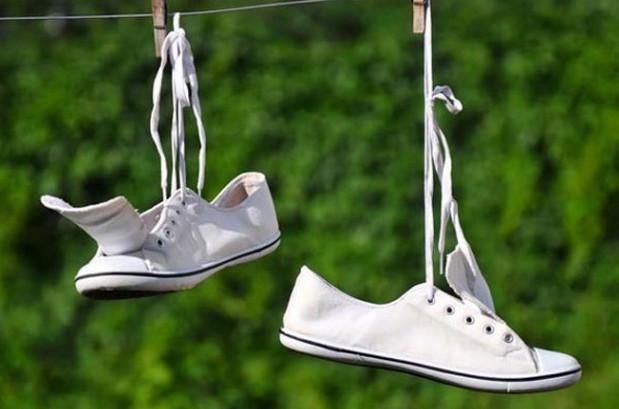 Khử mùi hôi giày bằng cách giặt và phơi khô đúng cách