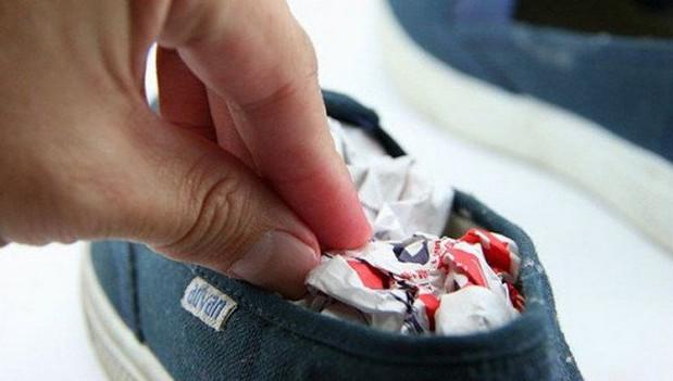 cách khử mùi hôi giày bằng giấy báo