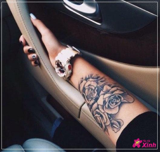 Tattoo hoa hồng ở cánh tay