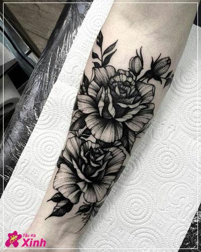 hình xăm hoa hồng đen ở cánh tay