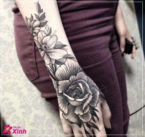 hình xăm hoa hồng ở cánh tay nữ