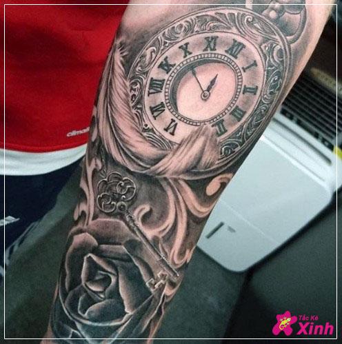 hình xăm hoa hồng và đồng hồ kín tay