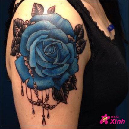 hình xăm hoa hồng xanh ở cánh tay