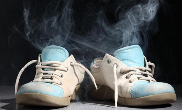 nguyên nhân gây hôi giày