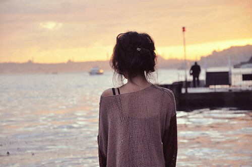 hình ảnh cô gái buồn quay lưng