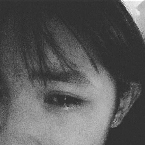 Hình ảnh cô gái buồn khóc về chuyện tình yêu