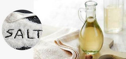 Sử dụng hỗn hợp giấm ăn và muối giúp làm sạch bàn là