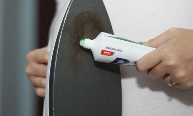 Cách làm sạch bàn ủi bằng kem đánh răng
