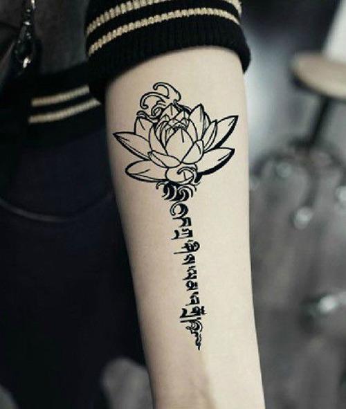 Tattoo hoa sen chữ phạn ở lưng 005