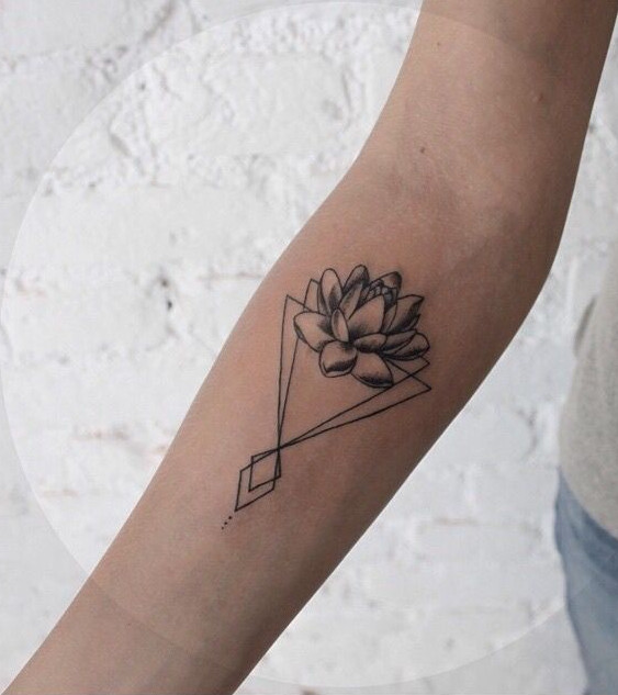 mẫu hình xăm hoa sen nhỏ ở cánh tay 003