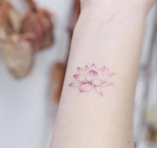 hình xăm hoa sen nhỏ ở cổ tay