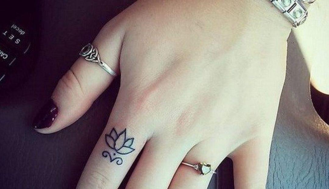 hình xăm hoa sen mini ở ngón tay