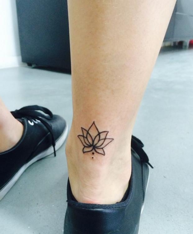 mẫu hình xăm hoa sen ở cổ chân đen trắng đẹp nhất