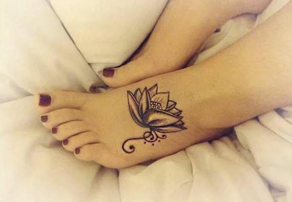 hình xăm hoa sen ở bàn chân