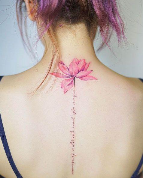 hình xăm hoa sen kết hợp với chữ ấn tượng ở lưng