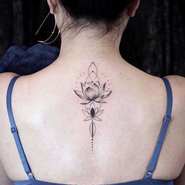 Hình xăm hoa sen cách điệu ở lưng