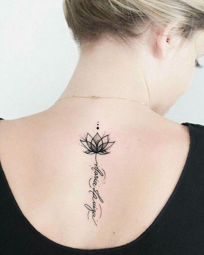 hình xăm hoa sen đen trắng ở lưng