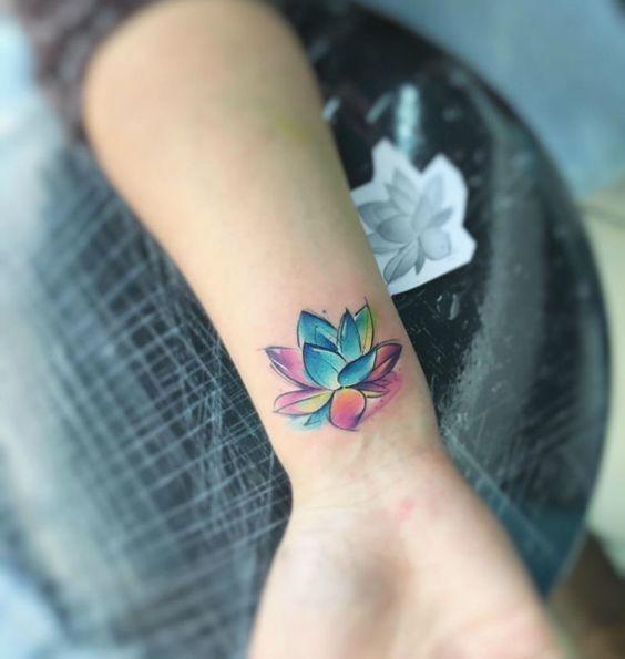 hình xăm hoa sen màu ở cổ tay ấn tượng 01