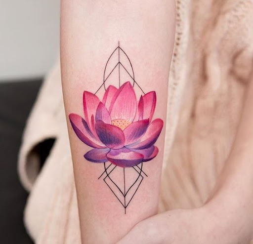 hình xăm hoa sen màu ở cánh tay ấn tượng