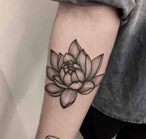 hình xăm hoa sen đen trắng ở cánh tay