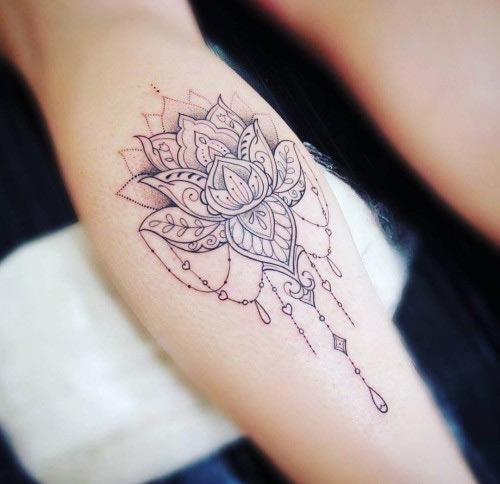 hình xăm hoa sen đen trắng ở cánh tay ấn tượng