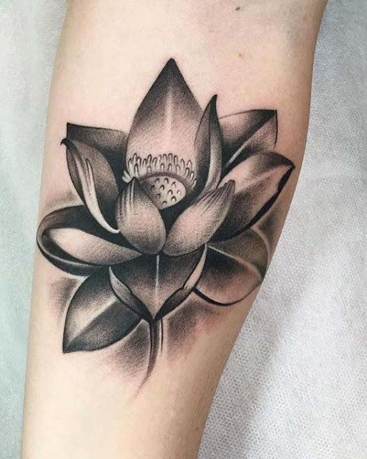 hình xăm hoa sen đen trắng ở cánh tay 01
