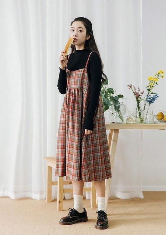 phối đồ phong cách vintage - váy 2 dây kẻ ô kết hợp với áo len cổ lọ