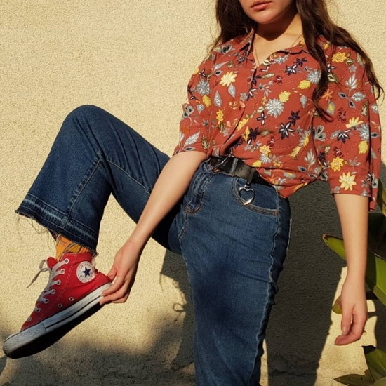 phối đồ phong cách vintage - áo sơ mi có họa tiết kết hợp quần jean cạp cao ống loe