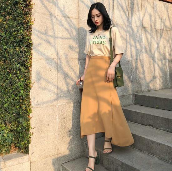 phối đồ phong cách vintage - kết hợp giữa chân váy midi và áo phông