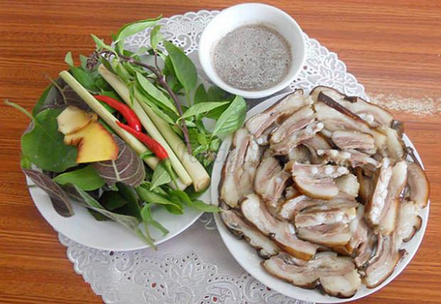 mùng 1 đầu tháng kiêng một số món ăn như thịt chó, cá mè, thịt vịt, mực
