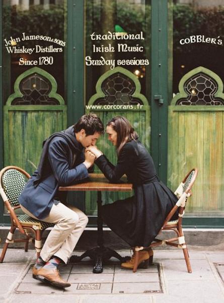 luôn mỉm cười và có những cử chỉ thân mật - dấu hiệu chàng còn thích bạn sau khi chia tay