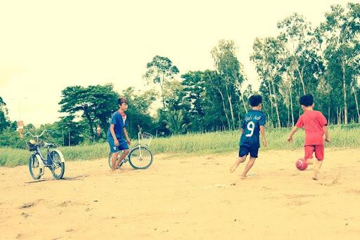 hình ảnh tuổi thơ dữ dội - trò chơi đá bóng