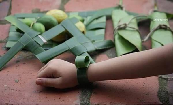 hình ảnh tuổi thơ dữ dội - làm đồng hồ đeo tay bằng lá cây dứa