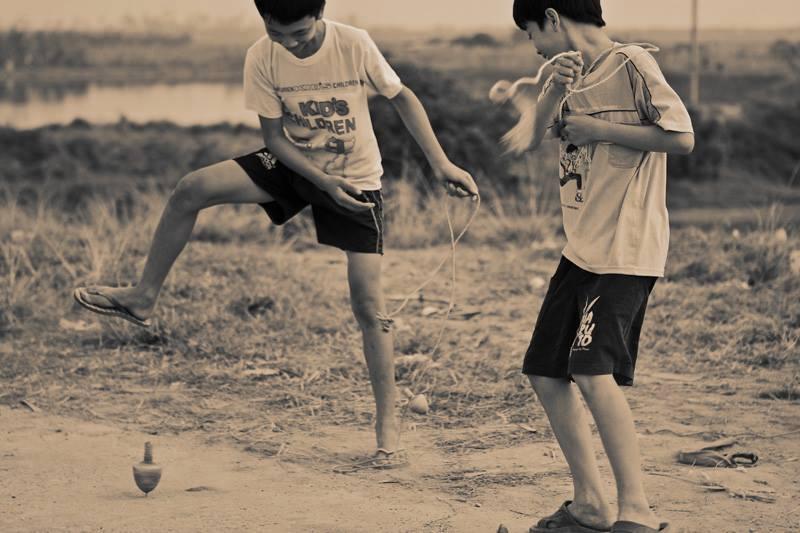 hình ảnh tuổi thơ dữ dội - trò chơi cung quay