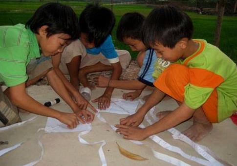 hình ảnh tuổi thơ dữ dội - tự làm diều bằng giấy