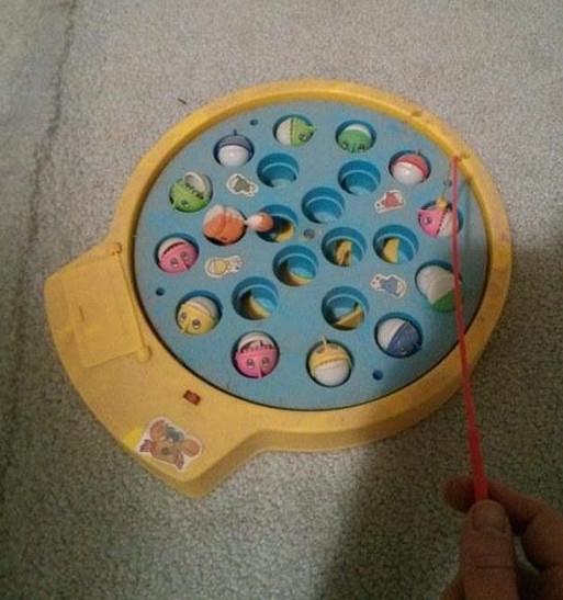 hình ảnh tuổi thơ dữ dội - trò chơi câu cá nhựa