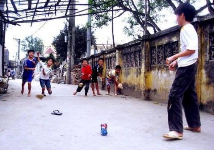 hình ảnh tuổi thơ dữ dội - trò chơi ném noong