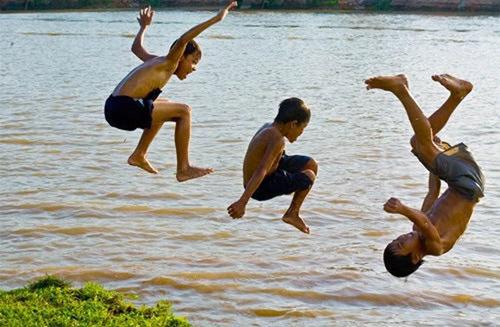 những hình ảnh tuổi thơ tắm sông