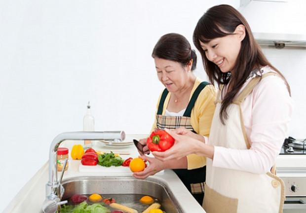 chủ động vào bếp phụ giúp gia đình bạn trai