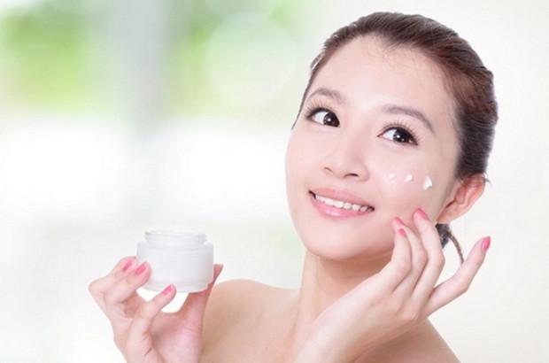 Điều trị nẻ mặt bằng kem dưỡng ẩm cho da
