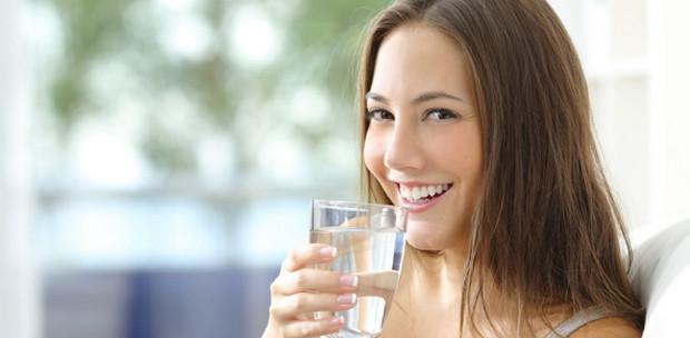 điều trị khô da nứt nẻ bằng cách uống nhiều nước