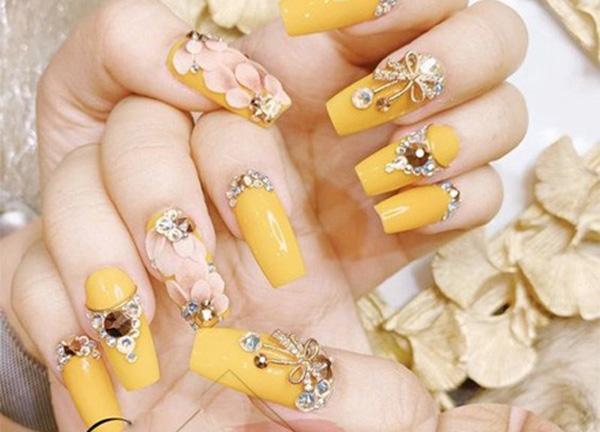 Mẫu nail màu vàng đính đá 01