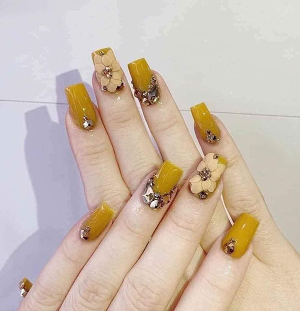 Mẫu nail màu vàng đính đá 02